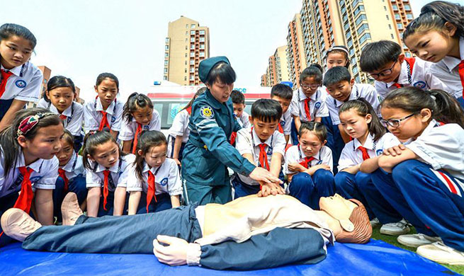 Medical workers demonstrate first aid skills to students in N China's Hebei
