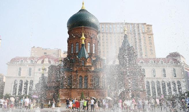 People have fun around musical fountain in NE China's Harbin