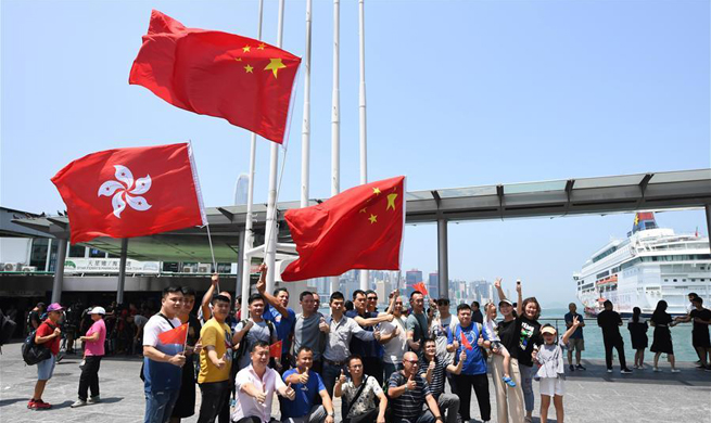 Feature: Hong Kong residents gather to express reverence to Chinese national emblem, flag
