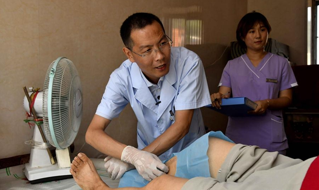 Doctors provide medical service to residents on Lingshan Island of Qingdao