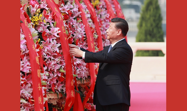 Xi pays tribute to national heroes at Tian'anmen Square