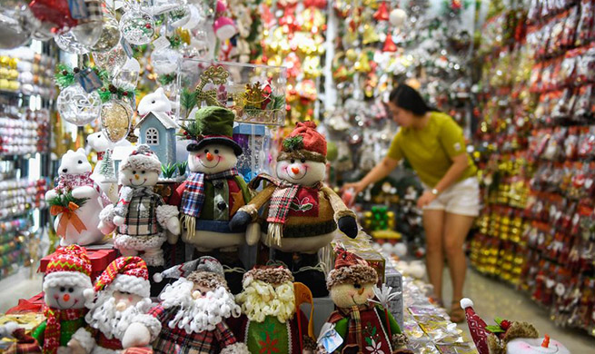 Xinhua Headlines: Across the Pacific -- A tale of two Christmas markets