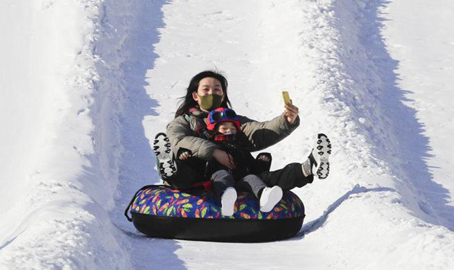 People enjoy leisure time in winter across China