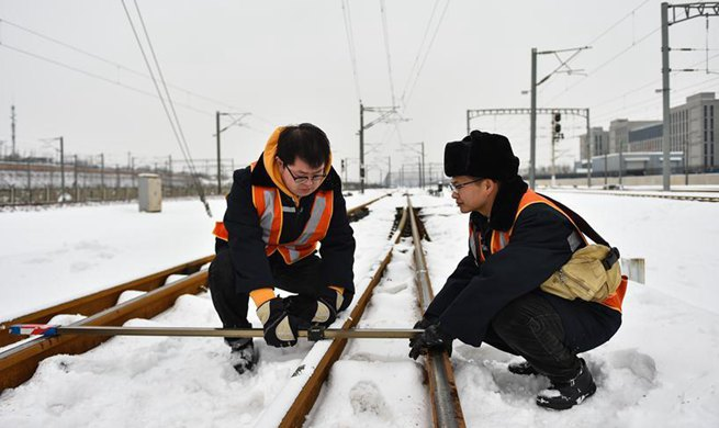 Railway workers maintain rail for upcoming travel rush in Taiyuan