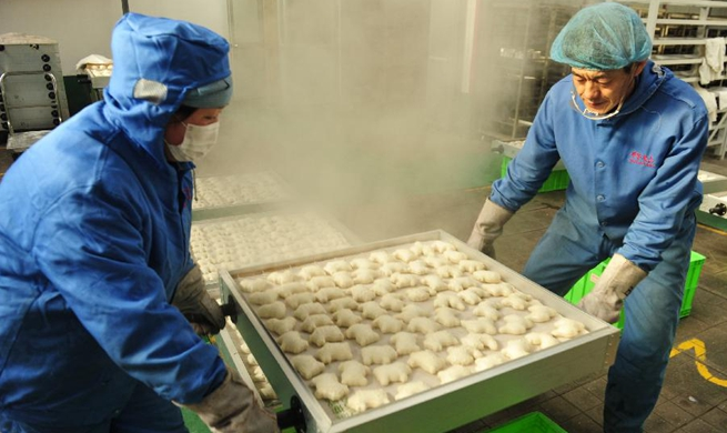 People make steamed buns as tradition ahead of Spring Festival in Hebei