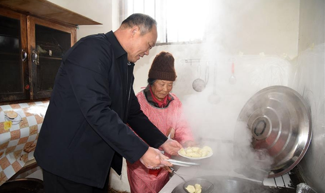 Local official helps aged villager cook meal for Spring Festival in E China