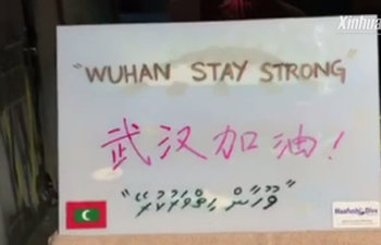 Maldivian divers send wishes for China from underwater
