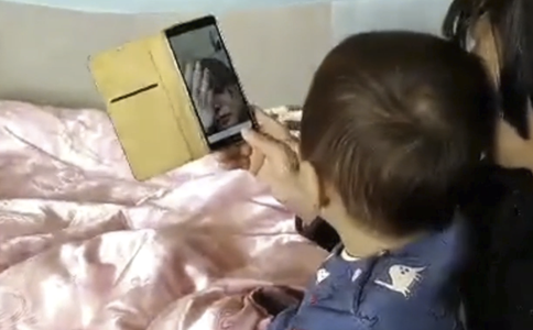 """Baby cries to """"pour"""" mom out from cellphone"""