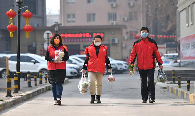 Community staff, volunteers help quarantined residents with daily lives in Xi'an, NW China's Shaanxi