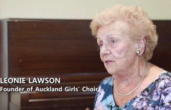 89-year-old New Zealand musician leads girls' choir to sing for Wuhan