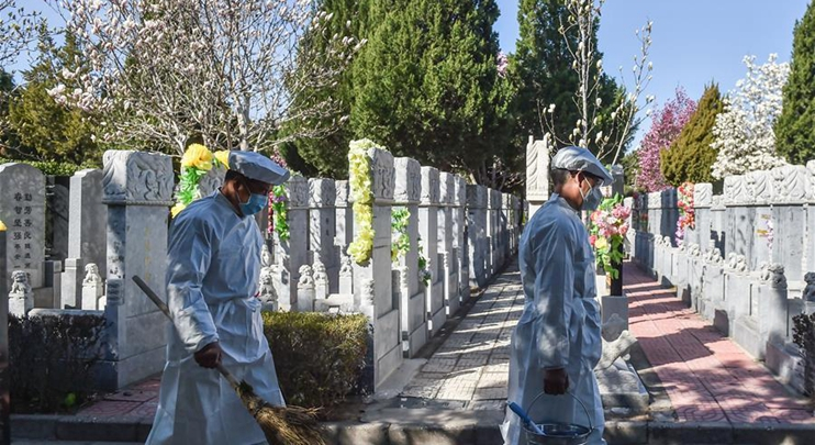 Cemetery staff help clean tombs in Beijing around Tomb-sweeping Day
