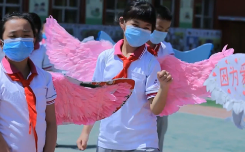 Primary school pupils wear 1-meter wings as they return to school in Shanxi, China