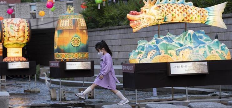 People visit traditional lantern festival in Seoul, S. Korea
