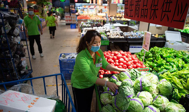 Major chain supermarket in Beijing makes efforts to guarantee stable food supply