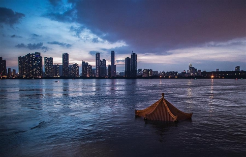 Water level of Yangtze River in Hankou of Wuhan declines