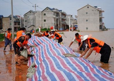 Xinhua Headlines: China battles unprecedented floods around its largest freshwater lake