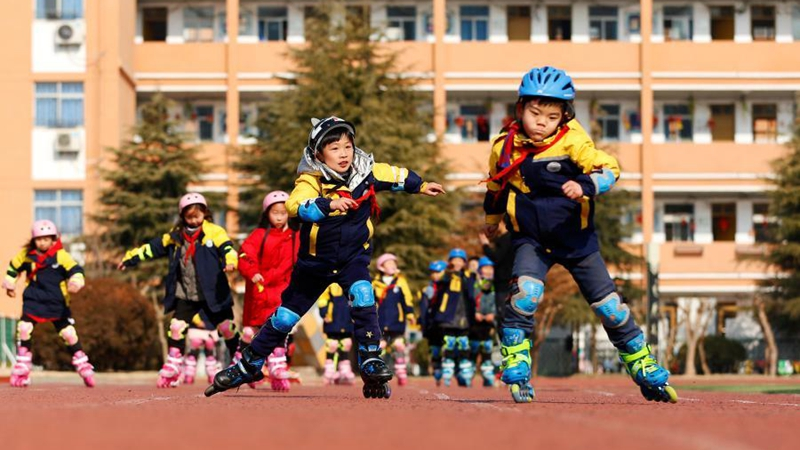 Students take part in winter inline skating training in Jiangsu