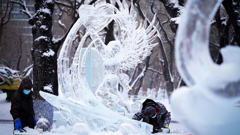 Ice sculptors prepare for 47th Harbin ice lantern fair