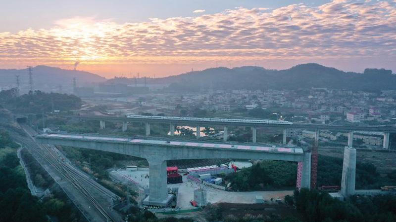 Section of Jiulongjiang Grand Bridge rotates to designated position