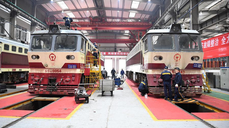 Technicians maintain trains at workshop to prepare for Spring Festival travel rush