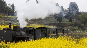 Old-fashioned steam train provides tourists with journey of reminiscence in Sichuan