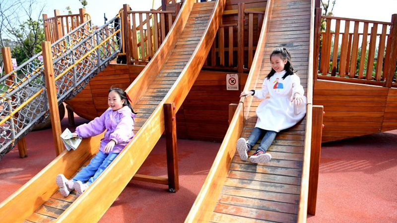 People enjoy leisure time during Qingming Festival holiday