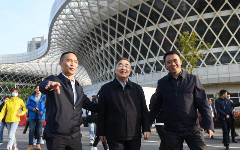 Zhang Boli revisits makeshift hospital in Wuhan