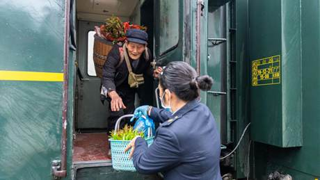 Trains run through Wuling Mountains to meet special needs of villagers
