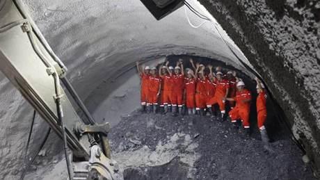9.5-km tunnel drilled through on China-Laos railway