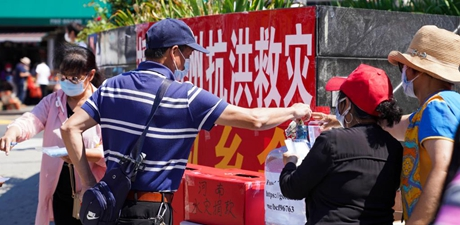 Chinese Americans make donations to flood-hit central China