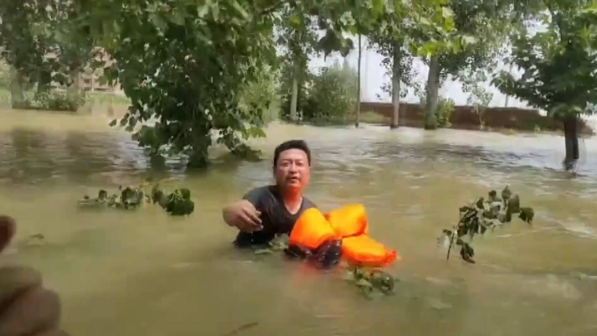 GLOBALink | Rescuers touched by villager who puts others' lives first in flood-hit Henan