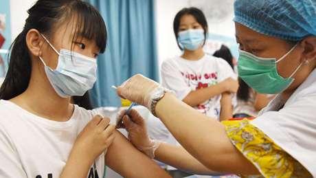 Minors receive COVID-19 vaccine in Handan, north China