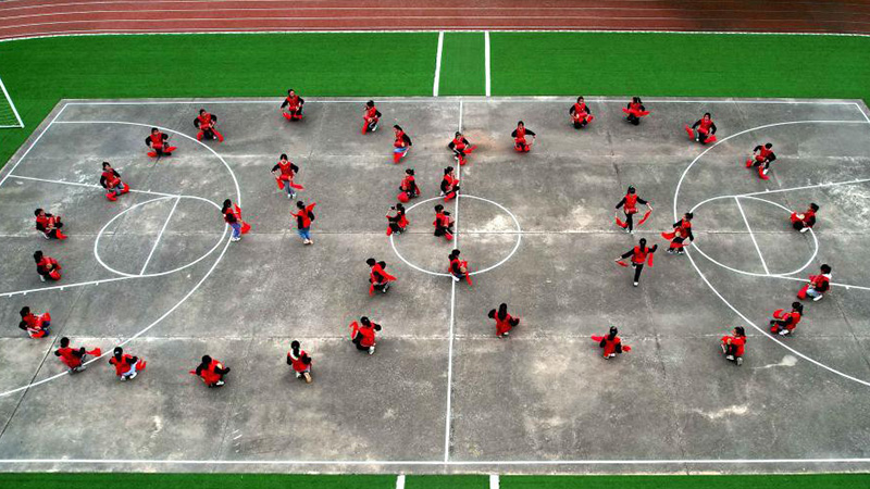 Students do extracurricular activities at Da'er Primary School in Hebei