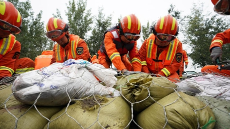 Rescuers reinforce dyke of Fenhe River in Shanxi, north China