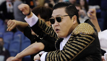 "Psy performs ""Gangnam Style"" at Italian Cup final"