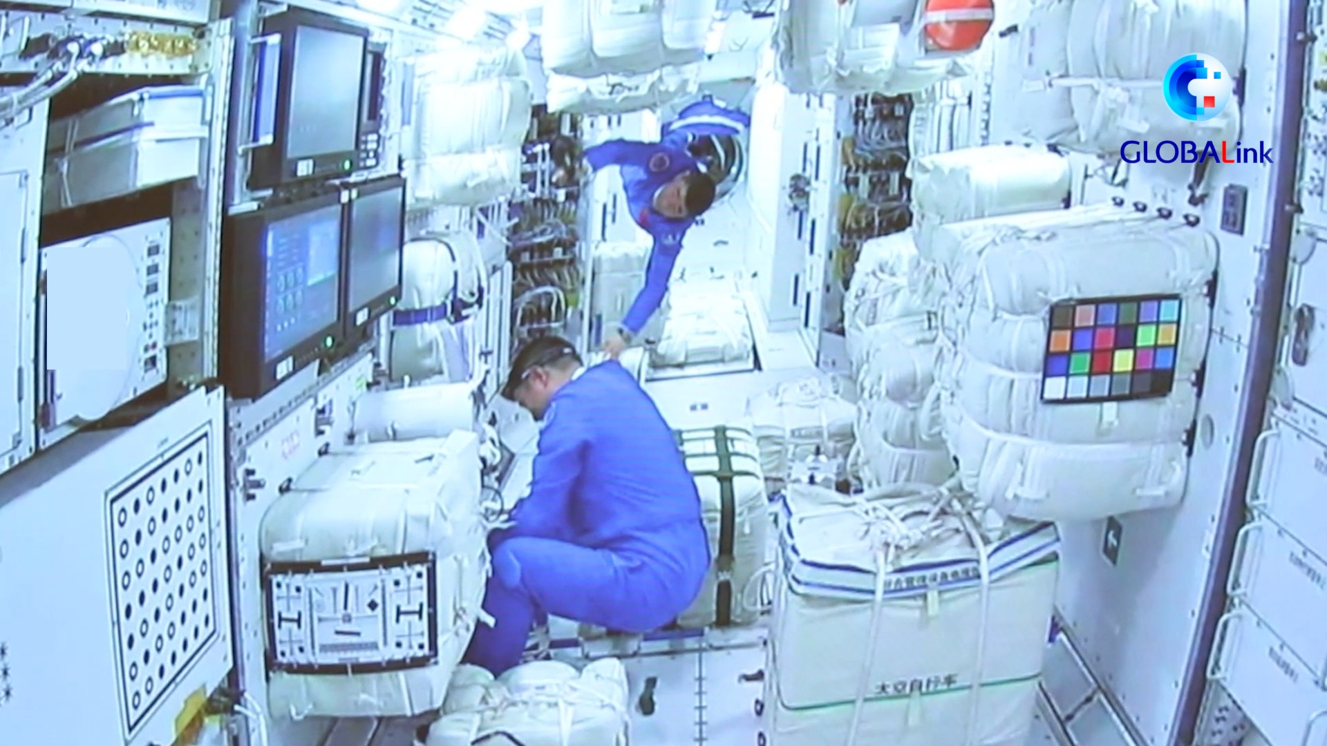 GLOBALink   How do Chinese astronauts live in space?