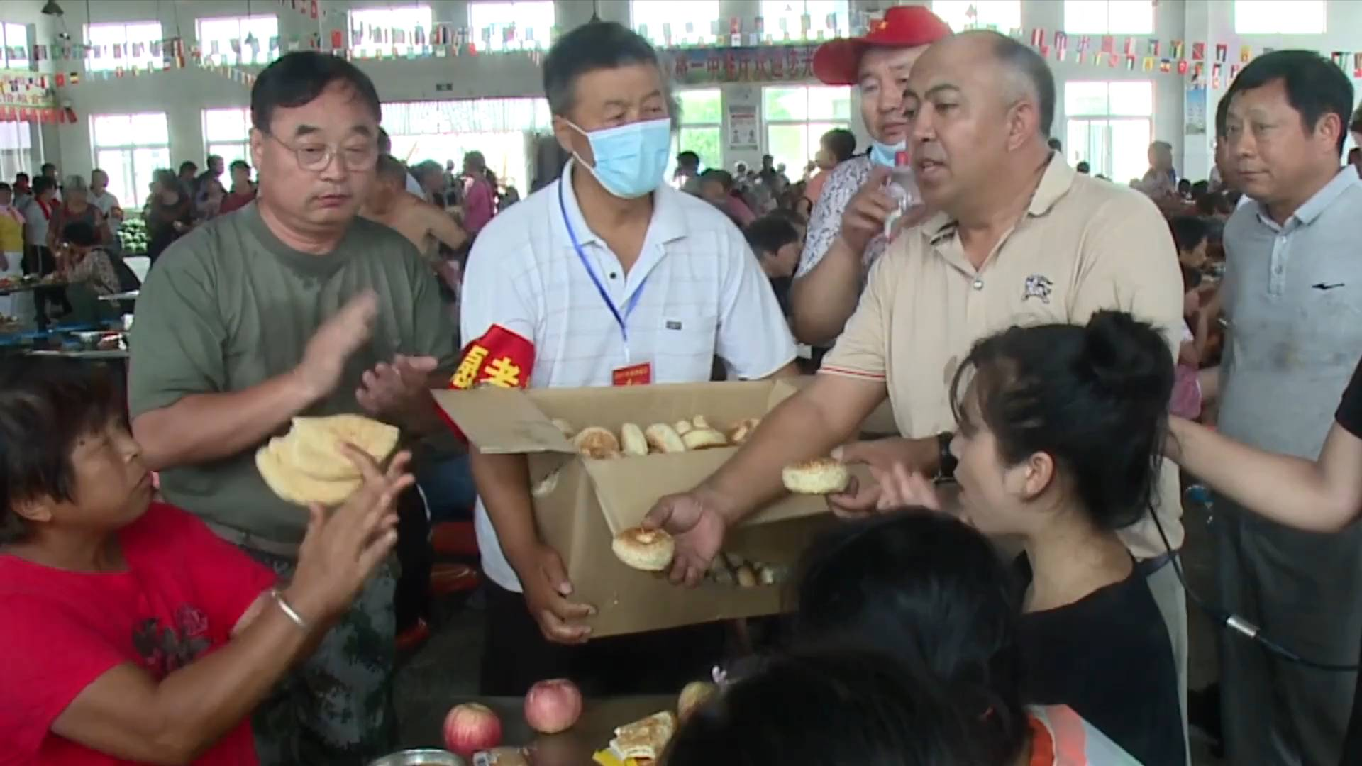 GLOBALink | Uygur residents in China's Xinjiang make 10,000 naans for flood-hit Henan