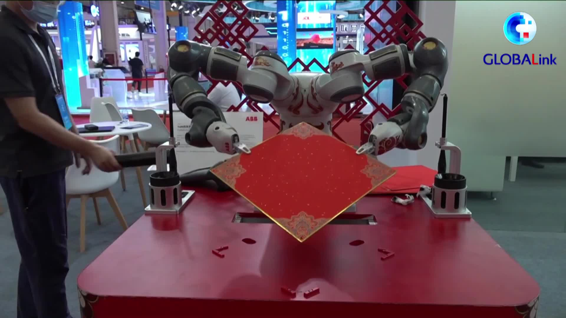 GLOBALink | Robot wows visitors with calligraphy at World Robot Conference 2021