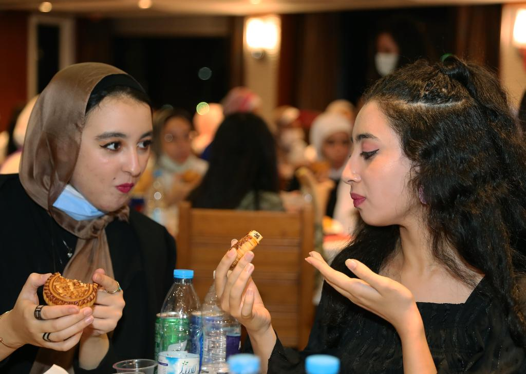Egyptian students taste mooncakes to celebrate Chinese Mid-Autumn Festival