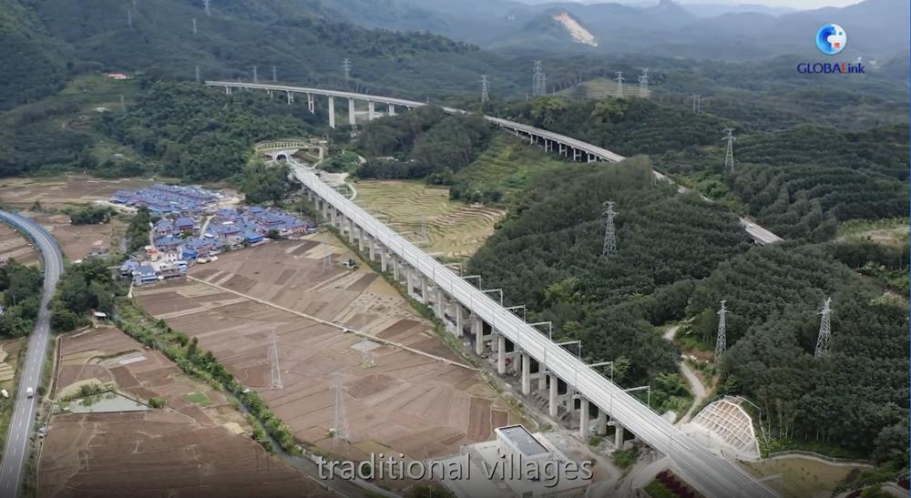 GLOBALink   China builds green rail linking Laos