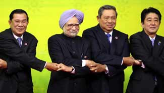 Leaders pose for group photo before attending EAS in Brunei