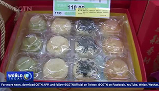 Beijingers busy shopping for traditional desserts
