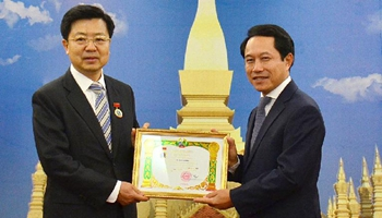 Laos confers friendship medal to Chinese ambassador