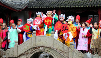 Foreign students experience traditional Chinese folk customs