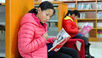 Students read books at Cangzhou Library during winter vacation