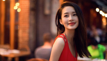 Actress Li Qin's latest street snap in gorgeous red dress