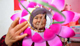 Villagers in Henan busy making lanterns to ensure market supply