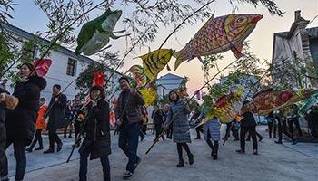 Pujiang fish-shaped lanterns parade held in E China