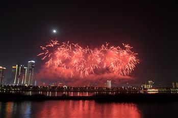 Fireworks illuminate sky to celebrate Lantern Festival