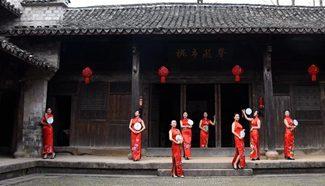 Women present Qipao in E China's Zhejiang